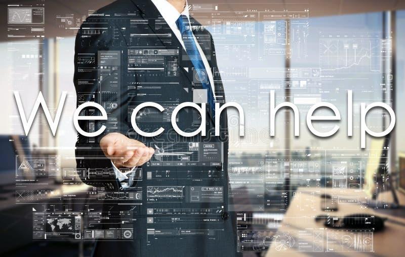 Homem de negócios que apresenta o texto que nós podemos ajudar na tela virtual É imagem de stock royalty free