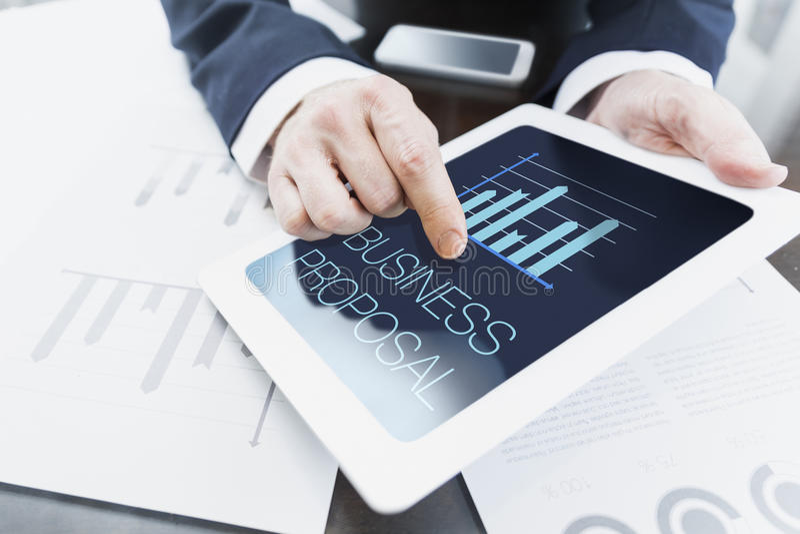 Homem de negócios que apresenta a proposta do negócio imagem de stock