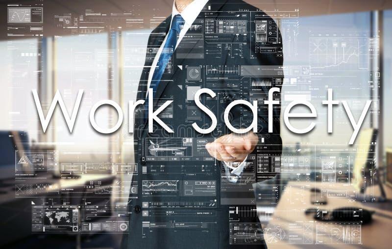Homem de negócios que apresenta a segurança do trabalho do texto na tela virtual É imagem de stock royalty free