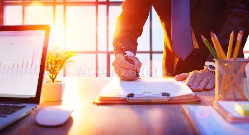 Homem de negócios que assina um contrato imagens de stock royalty free