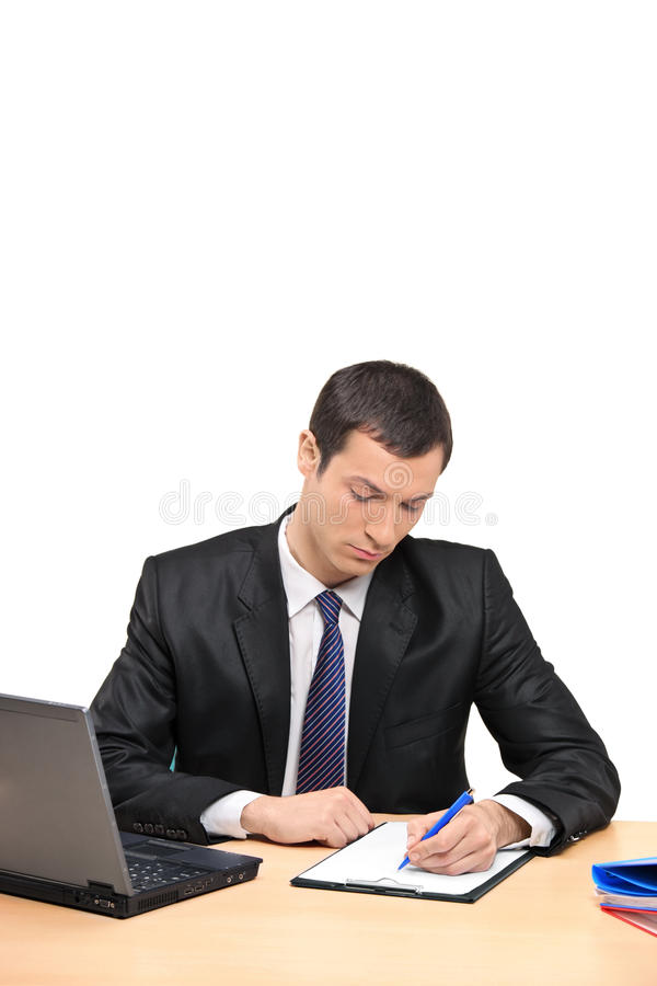 Homem de negócios que assina um original no escritório imagens de stock