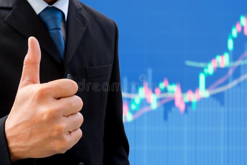 Homem de negócios que aumenta seu polegar acima imagens de stock