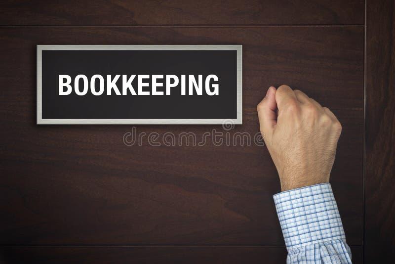 Homem de negócios que bate na porta do escritório da contabilidade foto de stock royalty free