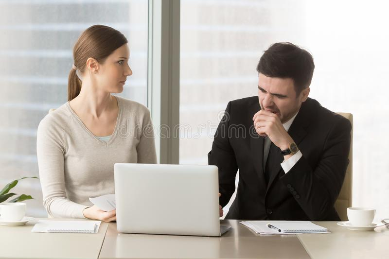 Homem de negócios que boceja em reunião de negócios aborrecida foto de stock