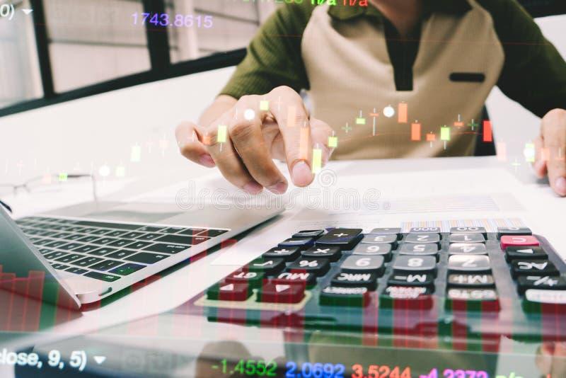 Homem de negócios que calcula sobre o relatório da finança no escritório fotografia de stock royalty free