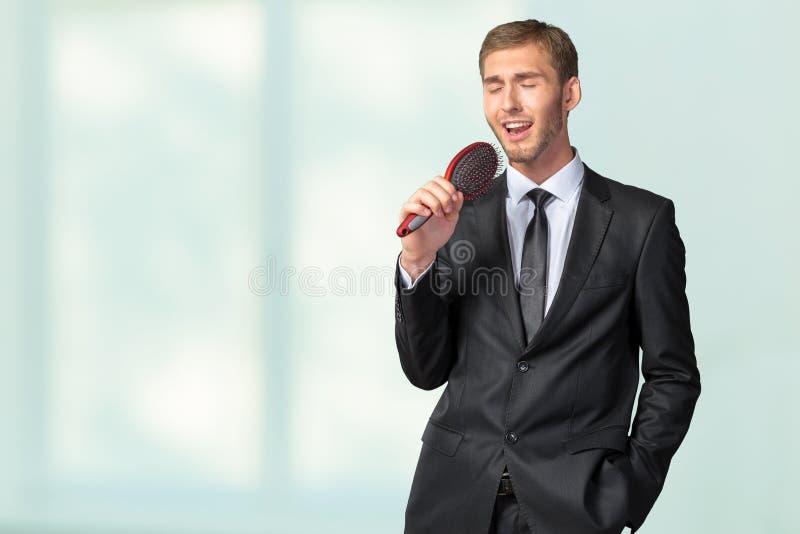 Homem de negócios que canta como se no microfone imagens de stock