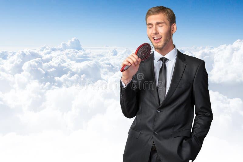 Homem de negócios que canta como se no microfone imagens de stock royalty free