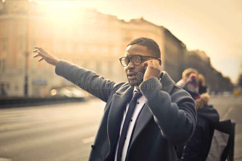 Homem de negócios que chama um táxi foto de stock royalty free