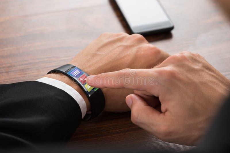 Homem de negócios que chama usando o smartwatch imagem de stock royalty free