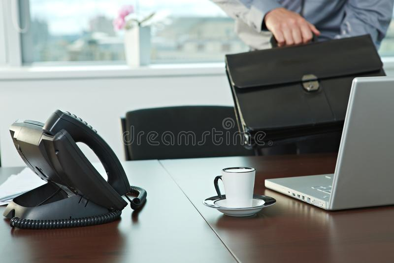 Homem de negócios que chega ao escritório imagem de stock