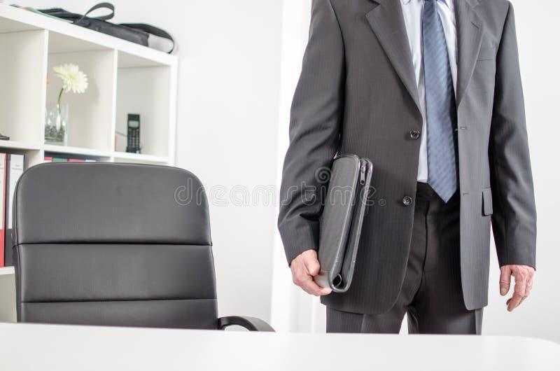 Homem de negócios que chega ao escritório fotos de stock