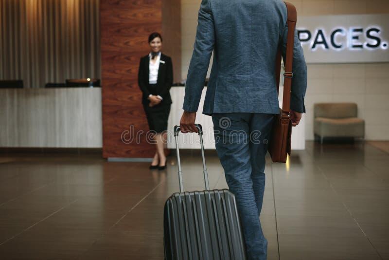 Homem de negócios que chega a seu hotel imagens de stock