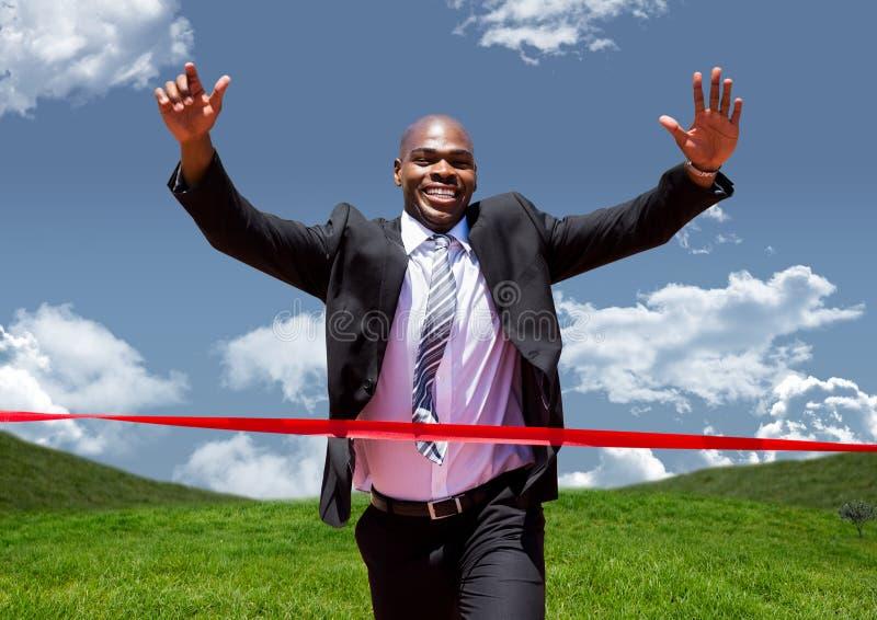 Homem de negócios que comemora no meta contra a paisagem verde imagem de stock royalty free