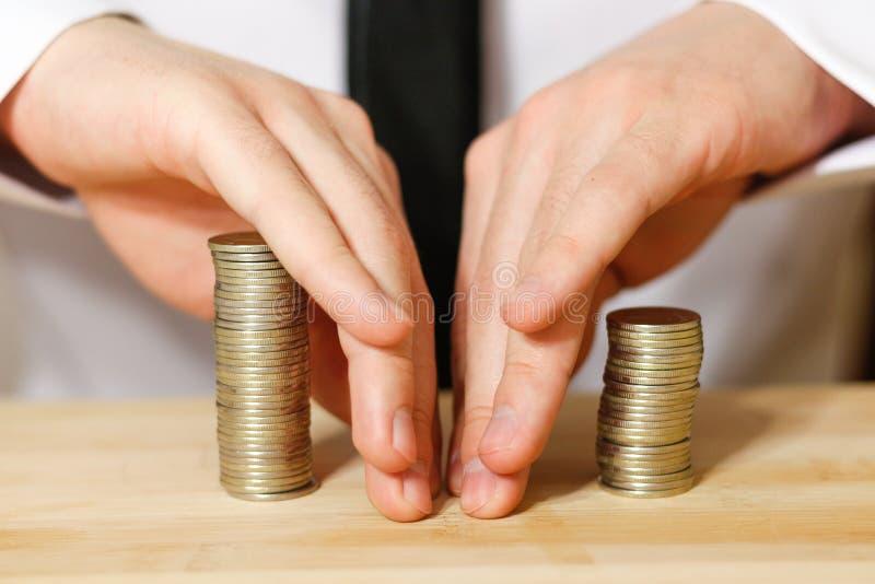 Homem de negócios que compartilha do lucro, tiro do close up imagens de stock royalty free