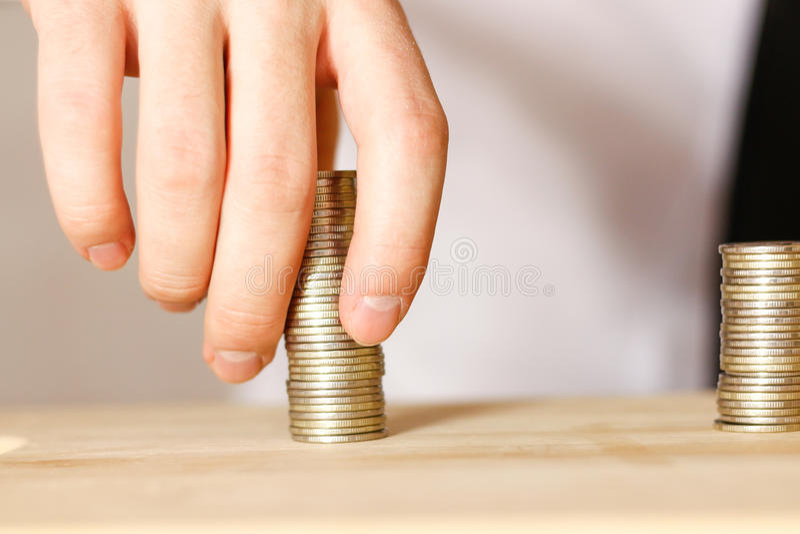 Homem de negócios que compartilha do lucro, tiro do close up fotos de stock