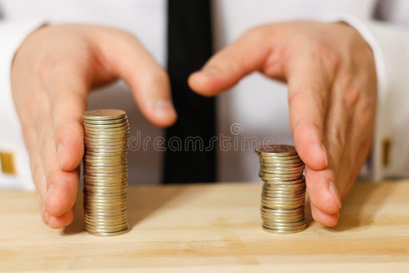 Homem de negócios que compartilha do lucro, tiro do close up fotografia de stock