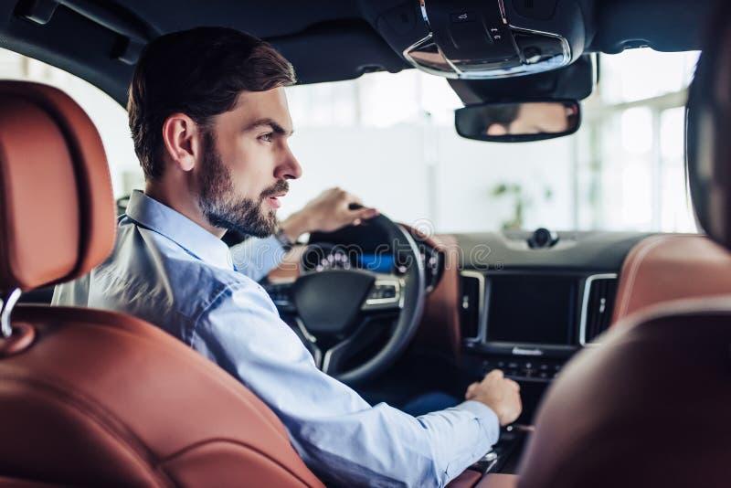 Homem de negócios que conduz um carro imagem de stock