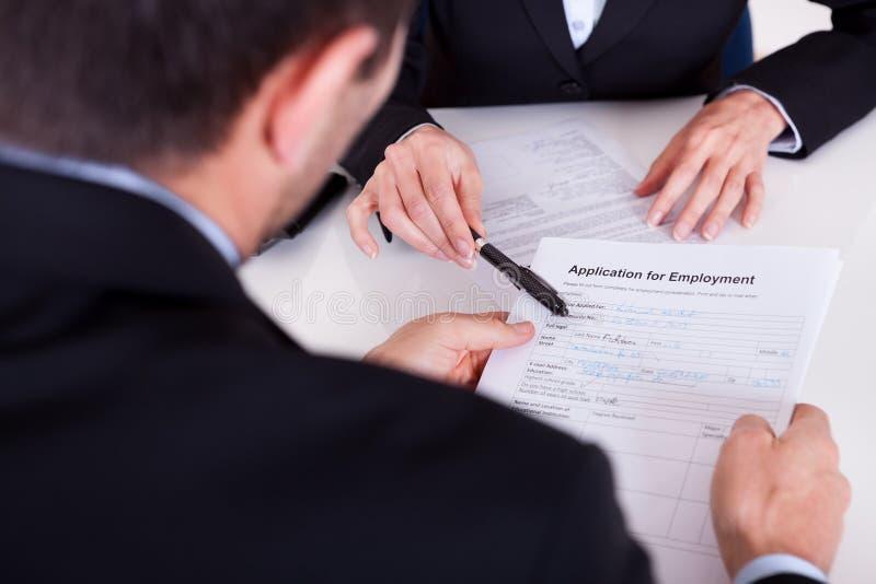 Entrevista e formulário de candidatura de emprego imagens de stock