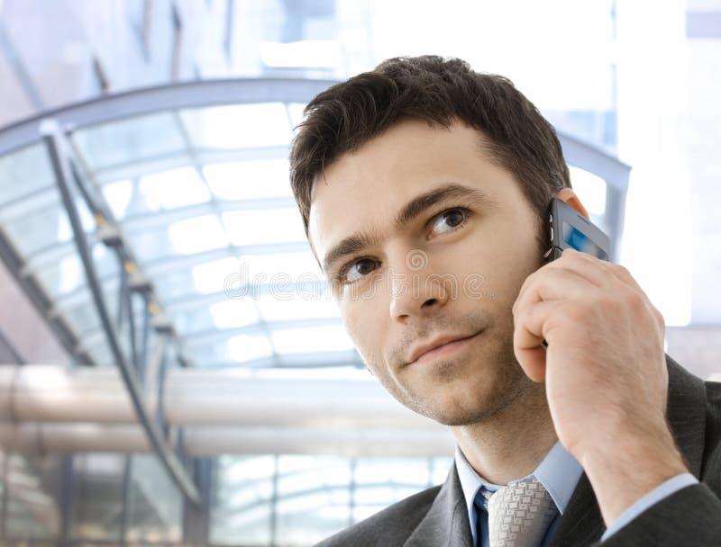 Homem de negócios que convida o telefone imagem de stock