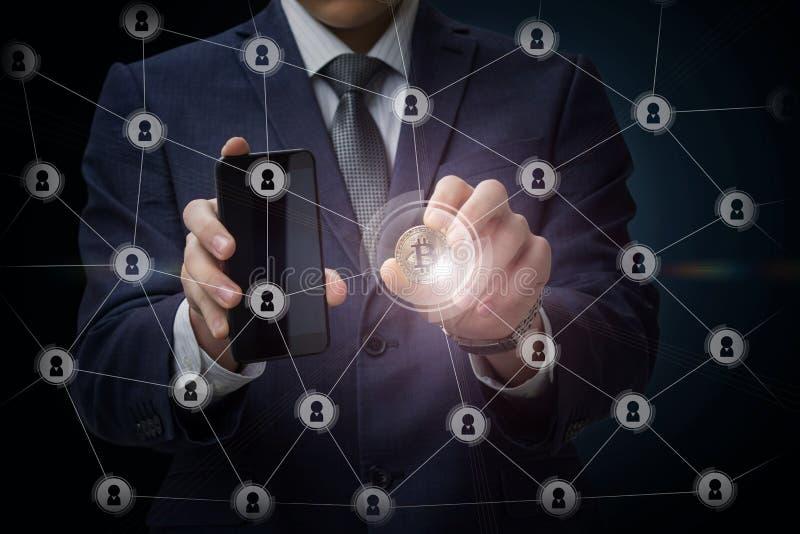 Homem de negócios que corre com bitcoin na rede do negócio imagem de stock