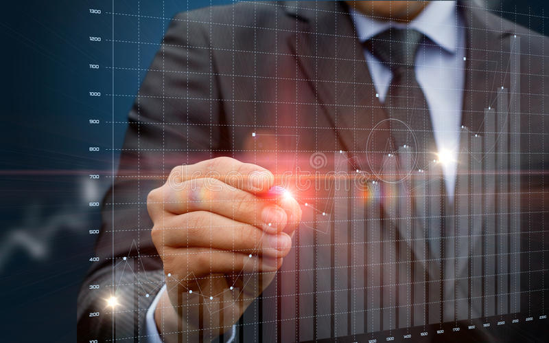 Homem de negócios que corre com estatísticas na tela virtual imagem de stock royalty free