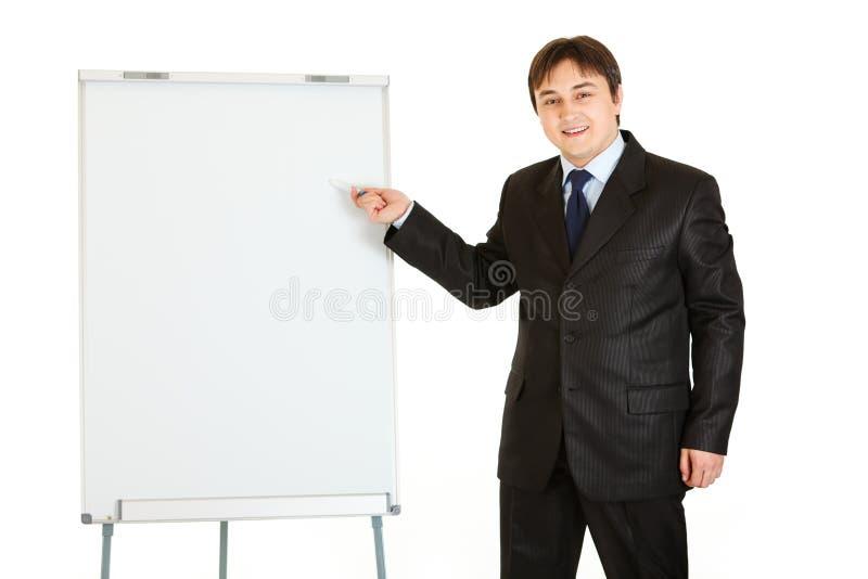 Homem de negócios que dá a apresentação usando o flipchart fotografia de stock