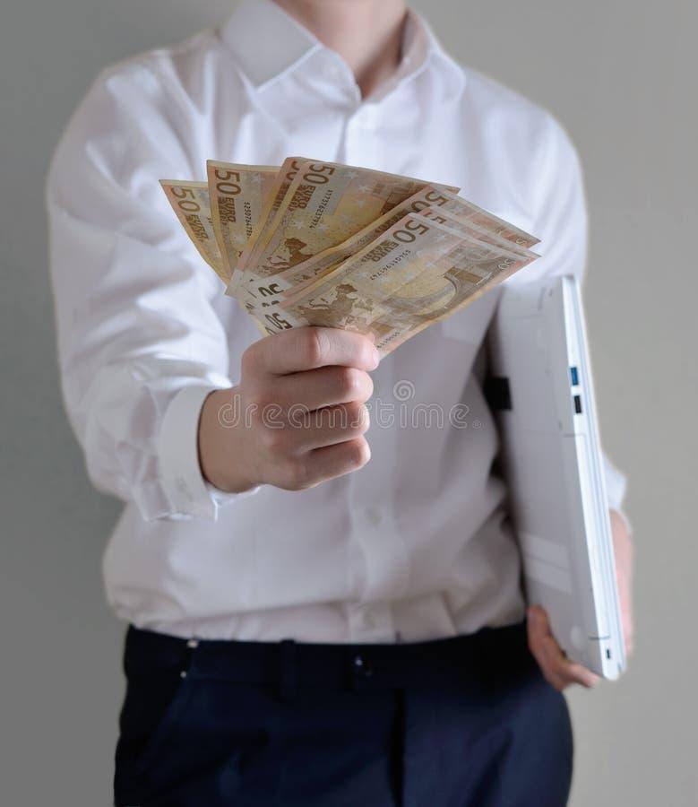 Homem de negócios que dá o dinheiro fotografia de stock royalty free