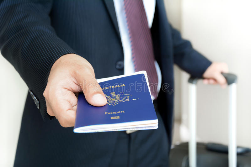 Homem de negócios que dá o passaporte com passagem de embarque para dentro fotografia de stock