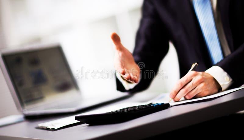 Homem de negócios que dá uma mão imagens de stock royalty free
