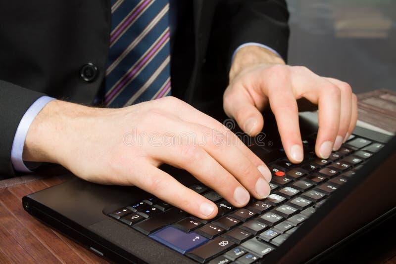Homem de negócios que trabalha no computador pessoal imagens de stock