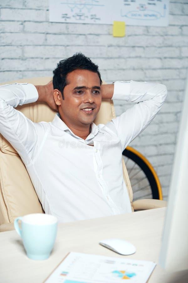 Homem de negócios que descansa após o trabalho duro foto de stock royalty free