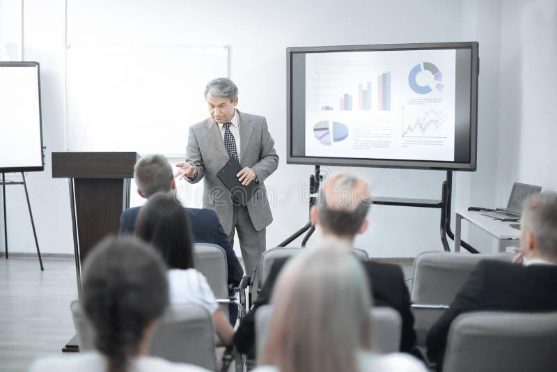 Homem de negócios que discute com a programação financeira da equipe do negócio fotos de stock