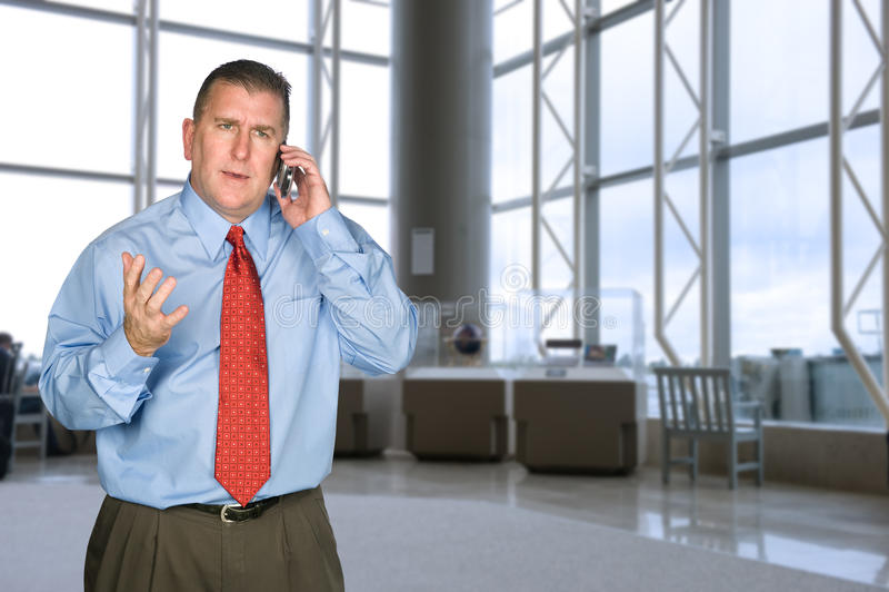 Homem de negócios que discute no telefone imagem de stock royalty free