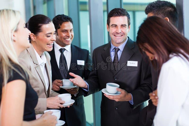 Homem de negócios que diz o gracejo imagens de stock royalty free