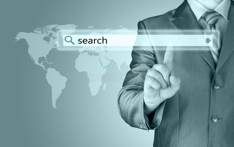 Homem de negócios que empurra a barra virtual da busca fotos de stock royalty free