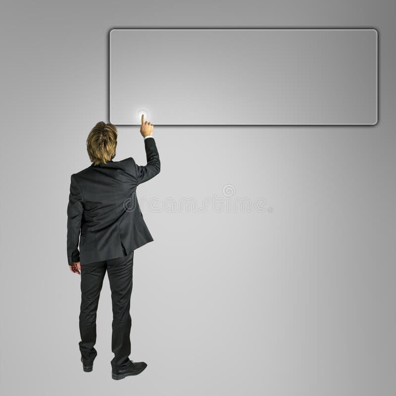 Homem de negócios que empurra o botão vazio na tela virtual fotos de stock