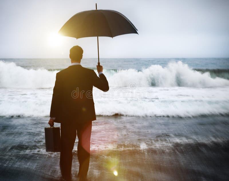Homem de negócios que enfrenta o conceito só da tempestade imagens de stock