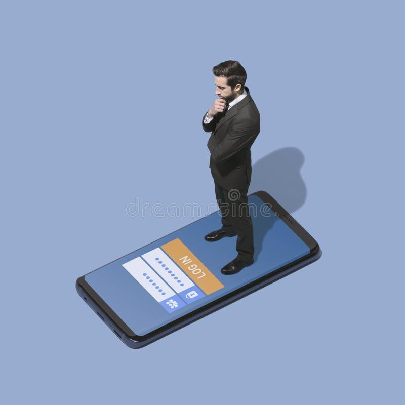 Homem de negócios que entra em um app móvel imagens de stock royalty free