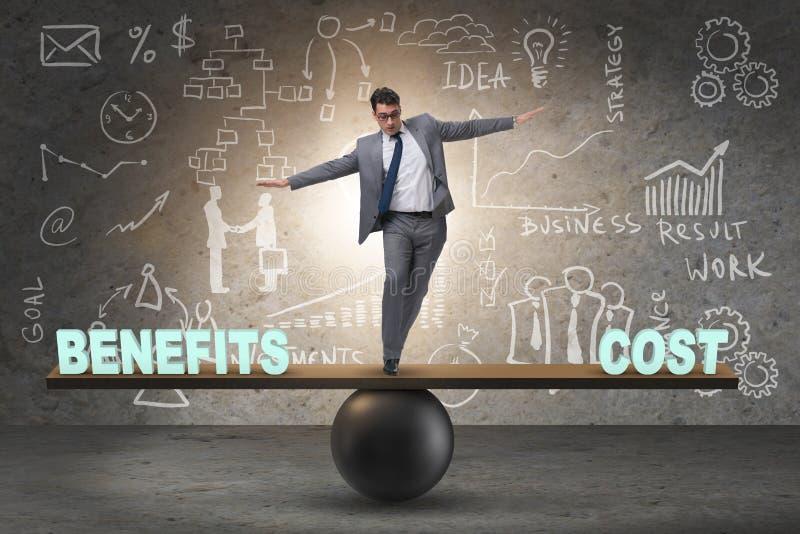 Homem de negócios que equilibra entre o custo e o benefício no conce do negócio fotos de stock royalty free