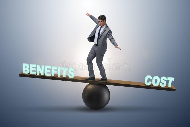 Homem de negócios que equilibra entre o custo e o benefício no conce do negócio foto de stock royalty free