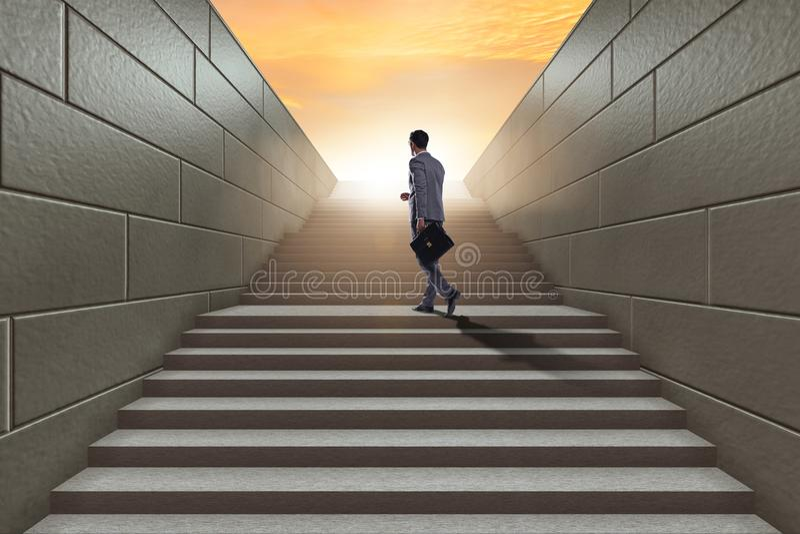 Homem de negócios que escala a escada acima de desafio da carreira no negócio co fotos de stock royalty free