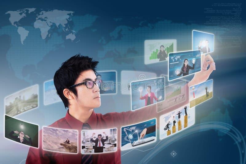 O homem de negócios clica sobre o écran sensível da foto ilustração do vetor