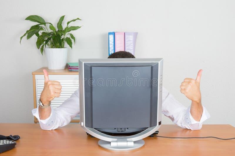 homem de negócios que esconde atrás de seu tela de computador vazio fotografia de stock