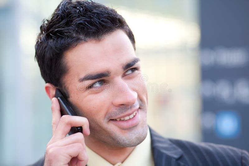 Homem de negócios que escuta no telefone imagem de stock