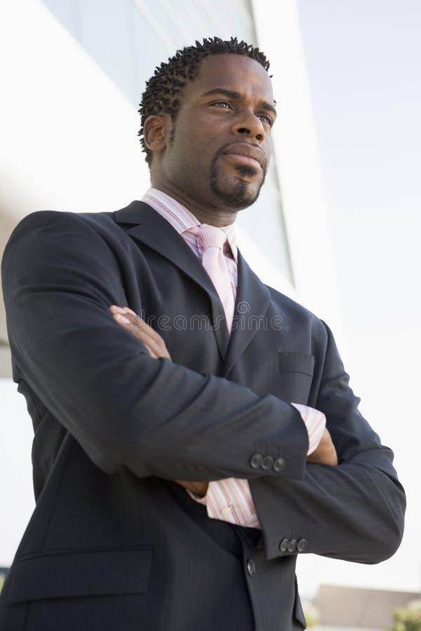 Homem de negócios que está ao ar livre pelo edifício fotografia de stock royalty free