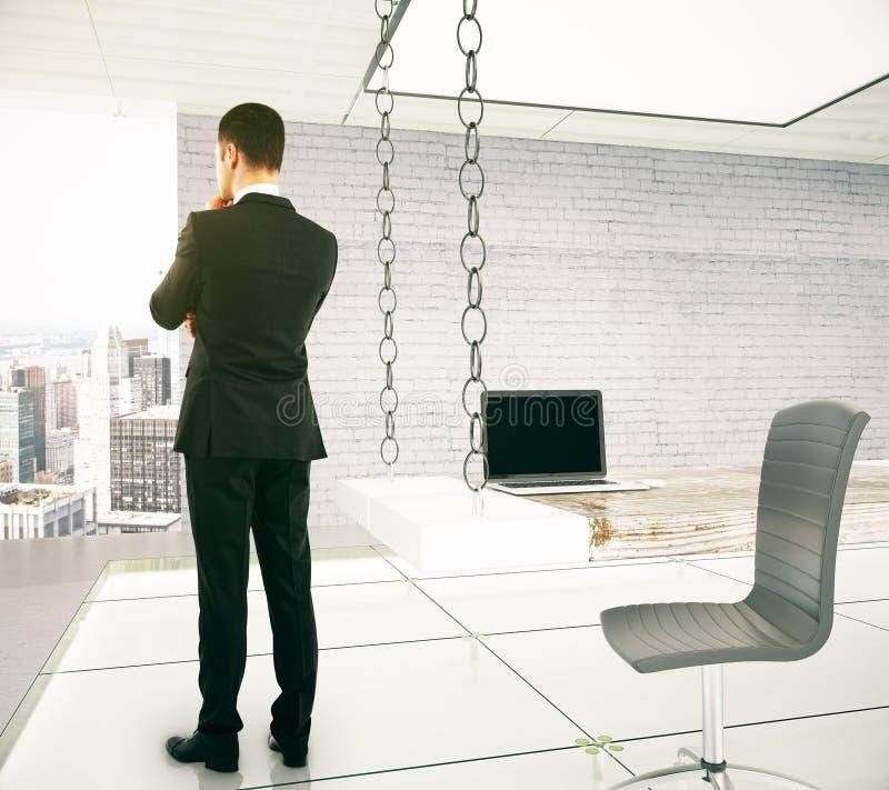 Homem de negócios que está e que pensa em um escritório moderno, 3D Renderi imagem de stock