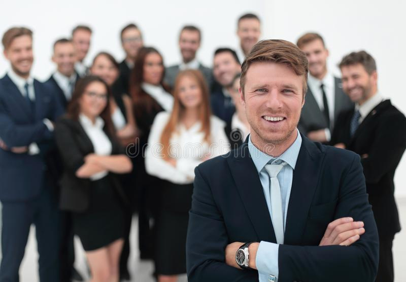 Homem de negócios que está na frente de uma grande equipe do negócio fotografia de stock