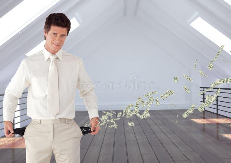 Homem de negócios que está no escritório que mostra os bolsos vazios que representam a perda de dinheiro foto de stock royalty free