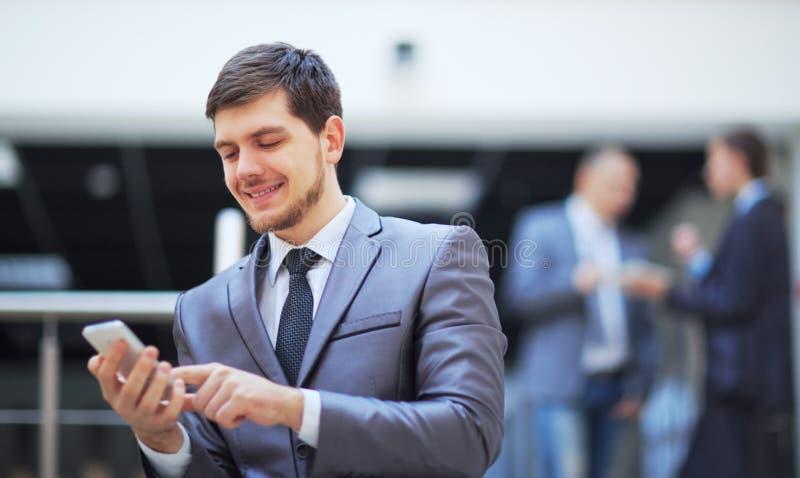 Homem de negócios que está o escritório moderno interno foto de stock royalty free