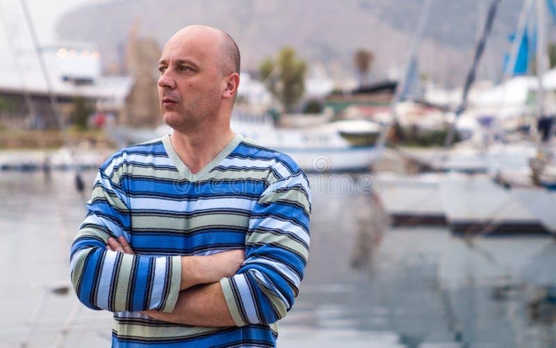 Homem de negócios que está por barcos e por iate caros de navigação na fotos de stock royalty free